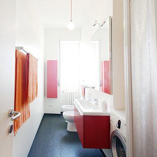 Foto di una piccola stanza da bagno con doccia design con ante lisce, ante rosse, doccia alcova, WC a due pezzi, piastrelle bianche, pareti bianche, pavimento in ardesia, lavabo sospeso, top in superficie solida, pavimento nero, porta doccia scorrevole e top bianco