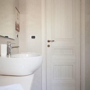 Modelo de cuarto de baño romántico con puertas de armario blancas y encimera de cemento