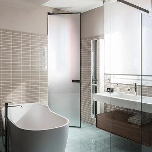 Esempio di una grande stanza da bagno con doccia contemporanea con ante lisce, ante in legno bruno, vasca freestanding, piastrelle beige, piastrelle in ceramica, pareti beige, pavimento con piastrelle in ceramica, lavabo integrato, top in superficie solida e doccia aperta
