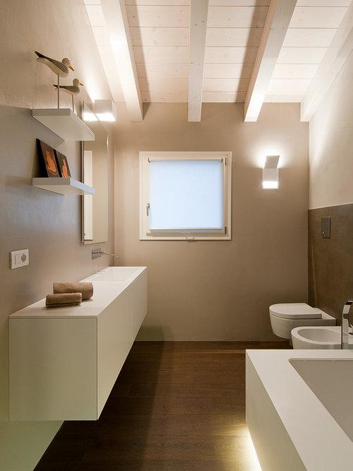 Stanza da bagno con pavimento in legno massello scuro for Foto bagni moderni arredati