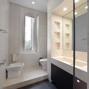 Idee per una stanza da bagno minimalista con ante lisce, WC monopezzo, pareti grigie, parquet scuro e lavabo integrato