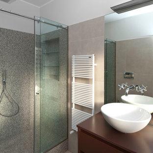 Immagine di una piccola stanza da bagno con doccia contemporanea con ante lisce, ante in legno bruno, doccia ad angolo, lavabo a bacinella, top in legno, piastrelle in gres porcellanato e porta doccia scorrevole