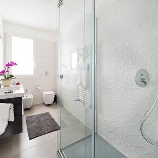 Foto di una stanza da bagno con doccia con ante nere, doccia ad angolo, WC monopezzo, piastrelle bianche, pareti bianche, lavabo integrato, pavimento beige, porta doccia scorrevole e top bianco