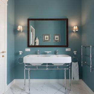Foto di una stanza da bagno classica con pareti blu, lavabo a consolle e pavimento bianco
