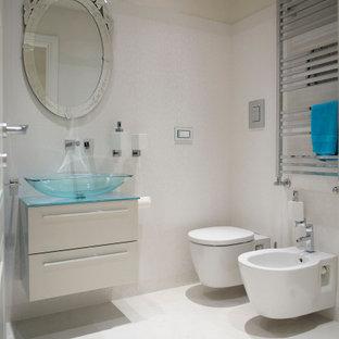 Idee per una stanza da bagno con doccia minimal di medie dimensioni con ante lisce, ante beige, WC sospeso, piastrelle bianche, pareti beige, lavabo a bacinella, top in vetro, pavimento bianco e top blu