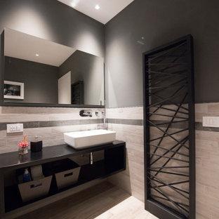 Ispirazione per una stanza da bagno con doccia minimal di medie dimensioni con nessun'anta, ante nere, piastrelle grigie, pareti grigie, lavabo a bacinella, pavimento beige e top nero