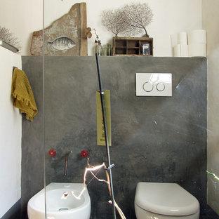 Foto de cuarto de baño campestre con bidé, paredes grises, suelo de baldosas de terracota y suelo rosa