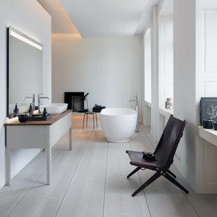 Idee per una grande stanza da bagno padronale minimal con vasca freestanding, pareti bianche, pavimento in legno verniciato, lavabo a bacinella, top in legno e pavimento bianco