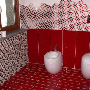 Modelo de cuarto de baño con ducha, moderno, de tamaño medio, con bidé, baldosas y/o azulejos en mosaico, paredes blancas, suelo de baldosas de porcelana, lavabo suspendido y suelo rojo