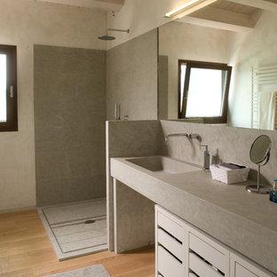 Immagine di una stanza da bagno con doccia minimal con nessun'anta, doccia a filo pavimento, pareti grigie, doccia aperta, ante grigie, pavimento in marmo, lavabo da incasso, top in marmo, pavimento grigio e top grigio