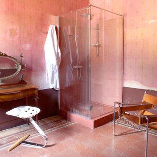 Modelo de cuarto de baño principal, clásico, grande, con ducha esquinera y ducha con puerta con bisagras