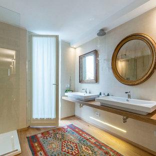 Esempio di una stanza da bagno padronale boho chic con WC sospeso, pareti beige, pavimento in legno massello medio, lavabo a consolle, pavimento beige, doccia ad angolo, piastrelle beige, top in legno, doccia aperta e top marrone