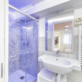 Пример оригинального дизайна: маленькая ванная комната в современном стиле с открытыми фасадами, белыми фасадами, душем без бортиков, раздельным унитазом, разноцветной плиткой, плиткой мозаикой, белыми стенами, душевой кабиной, подвесной раковиной, белым полом, душем с раздвижными дверями и полом из керамогранита