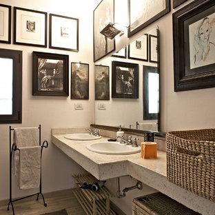 Esempio di una stanza da bagno bohémian di medie dimensioni con pareti bianche, parquet chiaro e top in granito