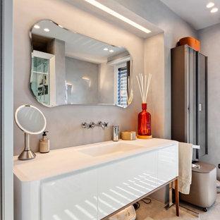 Idee per una stanza da bagno con ante lisce, ante bianche, pareti grigie, lavabo integrato, pavimento grigio, top bianco, un lavabo e mobile bagno freestanding