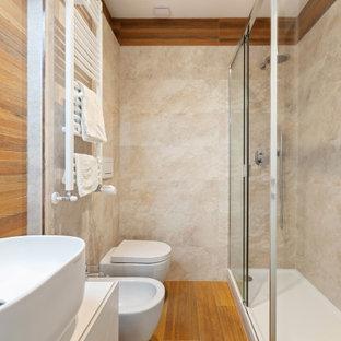 Esempio di una stanza da bagno con doccia design di medie dimensioni con ante bianche, doccia ad angolo, WC sospeso, piastrelle in gres porcellanato, pavimento in gres porcellanato, lavabo a bacinella, pavimento marrone, porta doccia scorrevole, top bianco, ante lisce e piastrelle beige