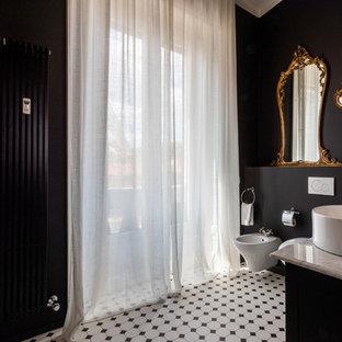 Idées déco pour une salle d'eau éclectique avec des portes de placard blanches, un WC suspendu, un carrelage blanc, un mur noir et un sol en bois brun.
