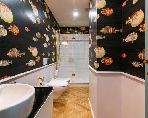 Stanza da bagno con piastrelle bianche e pareti nere foto idee
