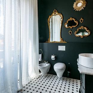 Cette photo montre une salle d'eau éclectique avec des portes de placard noires, un WC suspendu, un mur noir et un sol en bois brun.