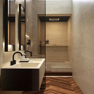 На фото: ванная комната среднего размера в современном стиле с ванной в нише, открытым душем, раздельным унитазом, плиткой из травертина, темным паркетным полом, монолитной раковиной, мраморной столешницей, тумбой под две раковины, подвесной тумбой и многоуровневым потолком с
