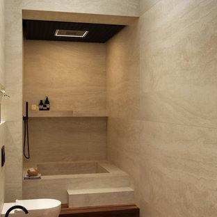 Idee per una stanza da bagno contemporanea di medie dimensioni con vasca giapponese, doccia aperta, WC a due pezzi, piastrelle in travertino, parquet scuro, lavabo integrato, top in marmo, due lavabi, mobile bagno sospeso e soffitto ribassato