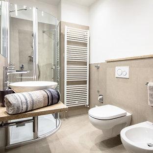 Immagine di una piccola stanza da bagno con doccia minimal con doccia ad angolo, WC a due pezzi, piastrelle beige, piastrelle in ceramica, pareti beige, lavabo a bacinella, top in marmo, pavimento beige e porta doccia scorrevole