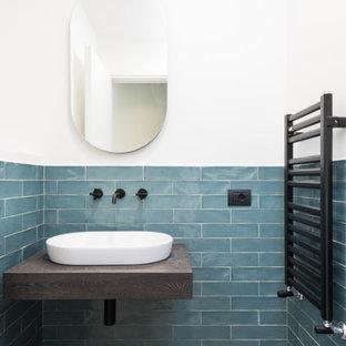 Свежая идея для дизайна: маленькая ванная комната в современном стиле с фасадами цвета дерева среднего тона, инсталляцией, зеленой плиткой, керамогранитной плиткой, белыми стенами, полом из керамогранита, настольной раковиной, столешницей из ламината, бежевым полом, коричневой столешницей, тумбой под одну раковину, подвесной тумбой и кирпичными стенами - отличное фото интерьера
