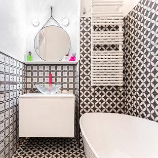 Idee per una stanza da bagno design con ante lisce, ante bianche, vasca freestanding, pistrelle in bianco e nero, pareti bianche, lavabo a bacinella, pavimento multicolore e top bianco