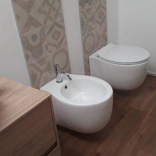 Diseño de cuarto de baño con ducha, contemporáneo, pequeño, con puertas de armario de madera oscura, baldosas y/o azulejos de porcelana, encimera de madera, ducha a ras de suelo, sanitario de dos piezas, paredes blancas, suelo vinílico, lavabo sobreencimera, suelo marrón y ducha abierta