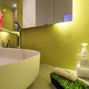 Imagen de cuarto de baño con ducha, minimalista, grande, con armarios abiertos, puertas de armario grises, ducha a ras de suelo, sanitario de pared, paredes amarillas, suelo vinílico, lavabo sobreencimera, encimera de cemento, suelo amarillo, ducha con puerta con bisagras y encimeras grises