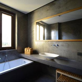 Idee per una stanza da bagno moderna con vasca da incasso, pareti grigie, lavabo a bacinella, pavimento grigio e top grigio