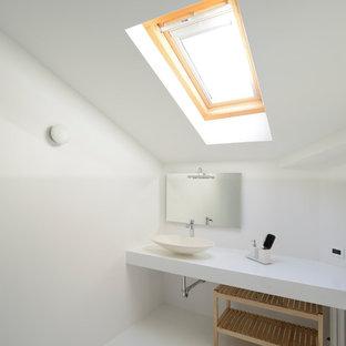 Esempio di una stanza da bagno moderna con pareti bianche, lavabo a bacinella, pavimento bianco e top bianco
