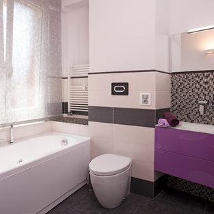 Foto di una stanza da bagno padronale design di medie dimensioni con ante lisce, vasca freestanding, WC monopezzo, pistrelle in bianco e nero e lavabo da incasso