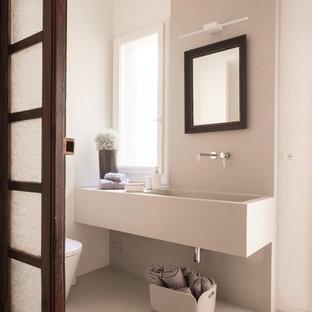 Idee per una stanza da bagno mediterranea con pavimento beige, top beige, pareti beige e lavabo integrato