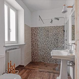 Ispirazione per una stanza da bagno con doccia mediterranea con doccia a filo pavimento, piastrelle beige, piastrelle grigie, piastrelle a mosaico, pareti bianche, lavabo a colonna, pavimento marrone e doccia aperta