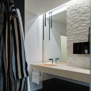 Ispirazione per una stanza da bagno con doccia moderna di medie dimensioni con ante lisce, ante nere, WC sospeso, piastrelle bianche, piastrelle in travertino, pareti bianche, pavimento in legno massello medio, lavabo integrato, top in marmo, pavimento beige e doccia aperta