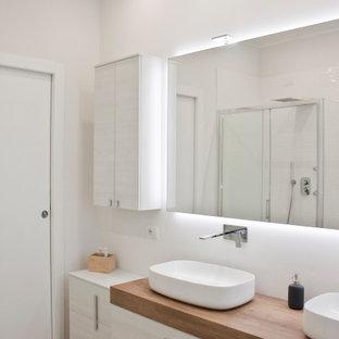 Idee per una stanza da bagno per bambini minimal di medie dimensioni con ante lisce, ante in legno chiaro, pareti bianche, pavimento in gres porcellanato, lavabo a bacinella, top in legno, pavimento beige, top beige, due lavabi e mobile bagno sospeso
