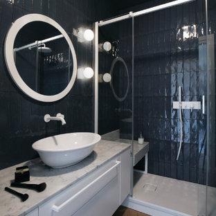 Foto di una grande stanza da bagno con doccia minimal con ante lisce, ante bianche, piastrelle nere, lavabo a bacinella, pavimento marrone, top grigio, panca da doccia, un lavabo e mobile bagno sospeso
