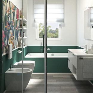 Bild på ett litet vit vitt badrum med dusch, med släta luckor, vita skåp, ett platsbyggt badkar, en hörndusch, en toalettstol med hel cisternkåpa, grön kakel, gröna väggar, linoleumgolv, ett nedsänkt handfat, bänkskiva i kvarts, beiget golv och dusch med skjutdörr