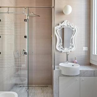Immagine di una piccola stanza da bagno con doccia contemporanea con ante lisce, ante bianche, doccia alcova, WC sospeso, piastrelle beige, lavabo a bacinella, porta doccia a battente, top grigio, un lavabo e mobile bagno incassato