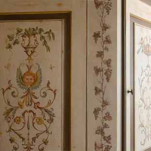 Стильный дизайн: главная ванная комната в стиле фьюжн с фасадами с декоративным кантом, светлыми деревянными фасадами, отдельно стоящей ванной, душем без бортиков, паркетным полом среднего тона, настольной раковиной, столешницей из дерева, душем с распашными дверями, тумбой под одну раковину, напольной тумбой, балками на потолке и кирпичными стенами - последний тренд