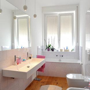 Esempio di una stanza da bagno minimal di medie dimensioni con WC sospeso, piastrelle multicolore, piastrelle in ceramica, pareti bianche, parquet chiaro e lavabo rettangolare