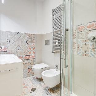 Esempio di una stanza da bagno contemporanea con ante lisce, ante bianche, doccia ad angolo, bidè, pareti bianche, lavabo da incasso, pavimento multicolore e top bianco