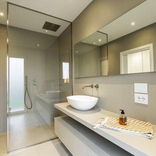 Foto di una stanza da bagno moderna con ante lisce, ante grigie, doccia alcova, pareti grigie, lavabo a bacinella, pavimento grigio, doccia aperta e top bianco