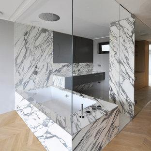 Immagine di una grande stanza da bagno padronale contemporanea con vasca idromassaggio, vasca/doccia e pareti bianche