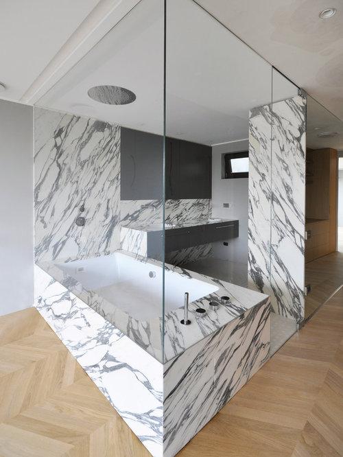 salle de bain avec un bain bouillonnant et un combin. Black Bedroom Furniture Sets. Home Design Ideas