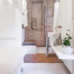 Foto di una piccola stanza da bagno con doccia industriale con doccia aperta, pareti bianche, pavimento in cemento, lavabo a bacinella e doccia aperta
