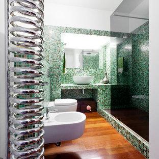 Ispirazione per una stanza da bagno padronale minimal di medie dimensioni con nessun'anta, doccia alcova, bidè, piastrelle verdi, piastrelle a mosaico, pareti bianche, parquet scuro, lavabo a bacinella e pavimento marrone