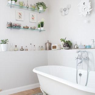 Foto di una stanza da bagno shabby-chic style con vasca con piedi a zampa di leone e parquet chiaro