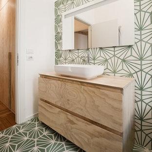 Esempio di una stanza da bagno contemporanea con piastrelle bianche, piastrelle verdi, pareti bianche, pavimento con piastrelle in ceramica, lavabo a bacinella, top in legno, pavimento multicolore, ante lisce, ante in legno chiaro e top beige